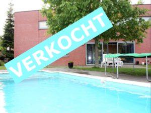 VERKOCHT Moderne villa met zwembad nabij ziekenhuis
